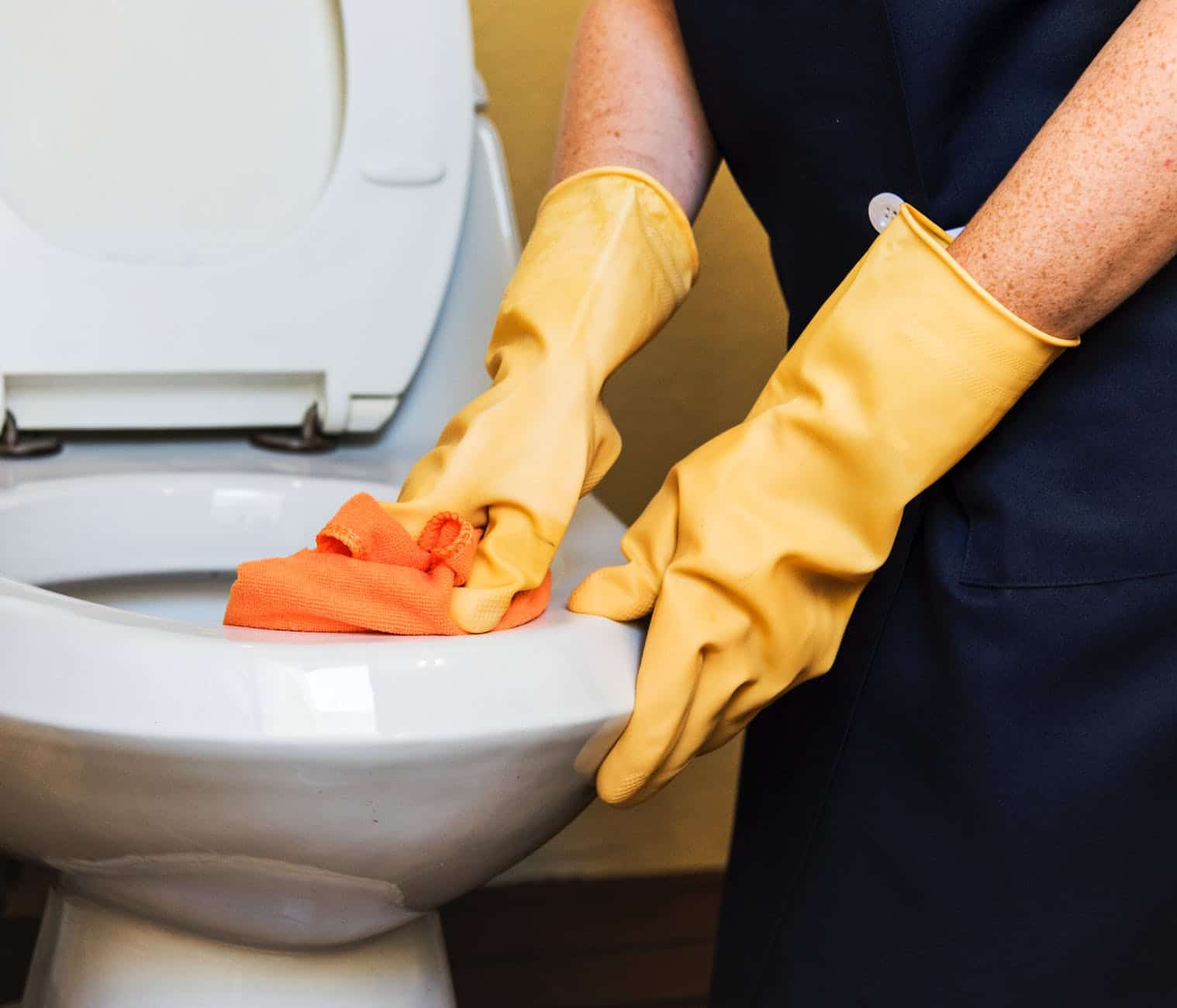 a positive thinking man, cleaning the toilet